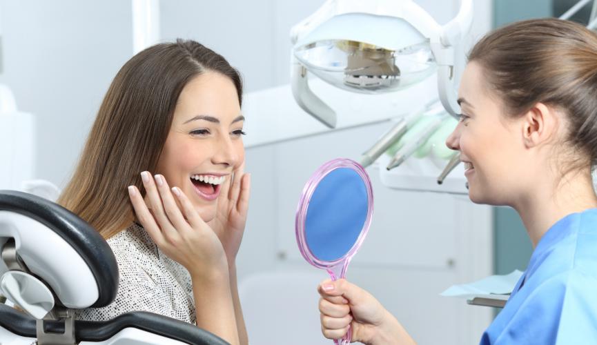 laimīga pusaudze pēc zobārsta vizītes